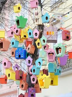 As belas casas coloridas de estorninhos no centro da cidade de lviv, ucrânia
