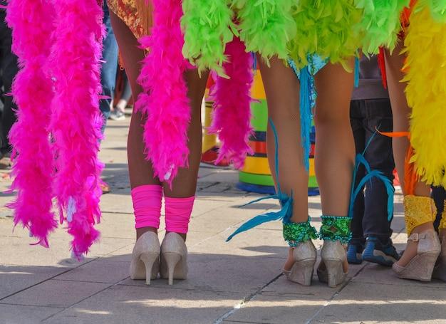 As belas pernas e dançarinos da praia do pacífico e do caribe