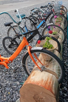 As bicicletas urbanas coloridas ficam estacionadas, vista vertical, meio de transporte ecológico