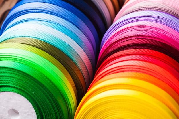 As bobinas de fitas de várias cores fecham-se