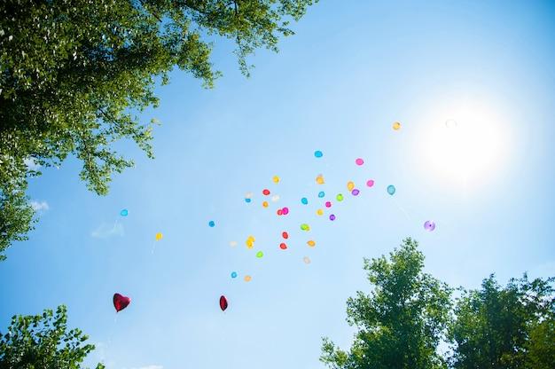 As bolas coloridas no céu azul