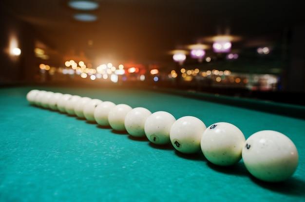 As bolas de bilhar russo na mesa em linha