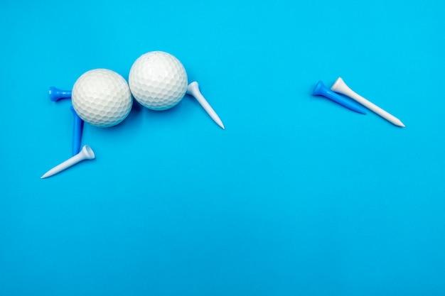As bolas de golfe estão no azul com o t azul e branco
