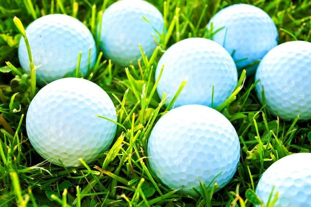 As bolas de golfe na grama