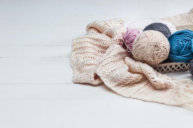 As bolas de lã na superfície de madeira branca