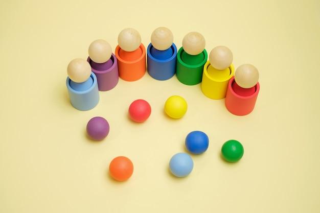 As bolas são atiradas pelas crianças em um copo da cor apropriada