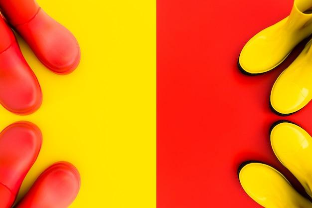 As botas de borracha vermelhas estão no amarelo e as botas amarelas estão no vermelho.