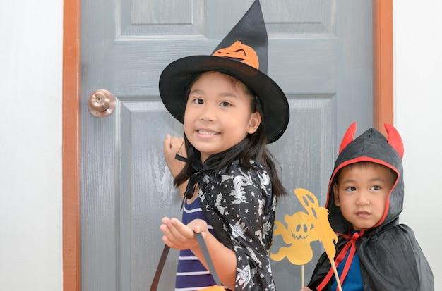 As bruxas do desgaste bonito da menina estão batendo na porta