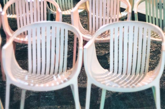 As cadeiras vazias em um café, restaurante ou loja de escritório estão fechadas devido ao efeito da pandemia de coronavírus covid-19
