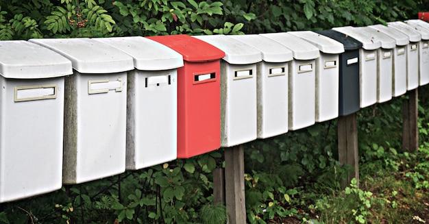As caixas de correio multicoloridas do parque