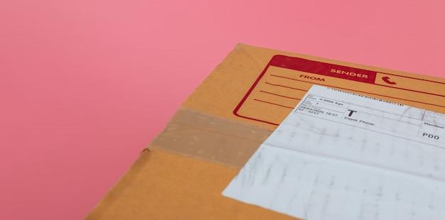As caixas de encomendas são enviadas pelas companhias de navegação em um fundo rosa brilhante.