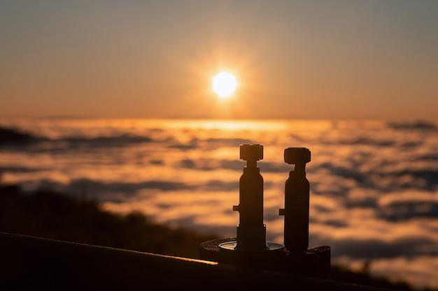 As câmeras capturam um pôr do sol espetacular acima das nuvens no parque nacional do vulcão teide, em tenerife.