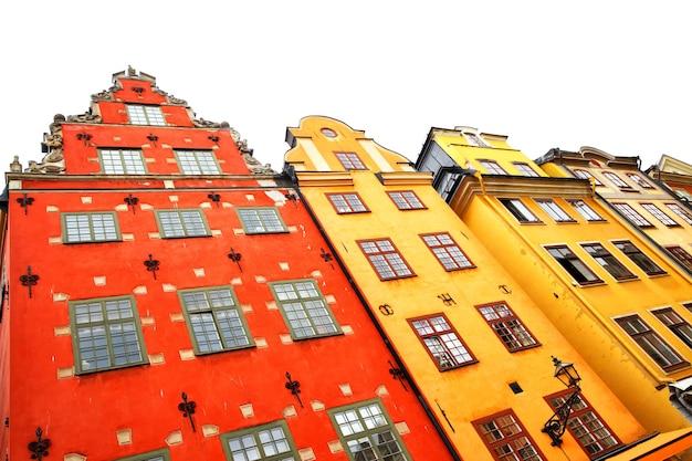As casas mais famosas de estocolmo na praça stortorget isoladas no fundo branco, suécia