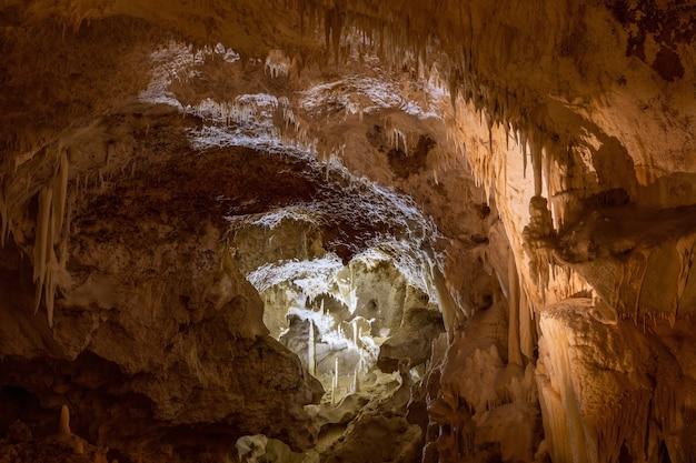 As cavernas frasassi (grotte di frasassi), um enorme sistema de cavernas cársticas. marche, itália