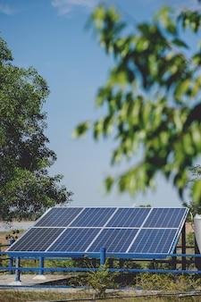 As células solares convertem a energia solar do sol em energia. conceito de célula solar com espaço de cópia