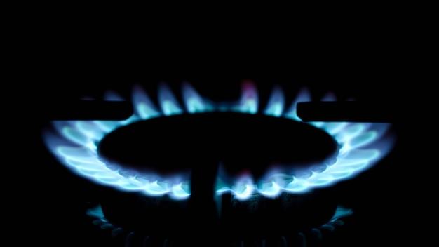 As chamas do fogão a gás no escuro fecham. rússia