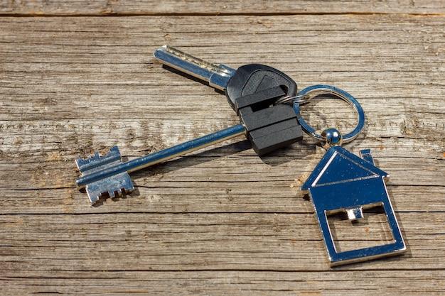 As chaves da casa encontram-se em uma mesa de madeira