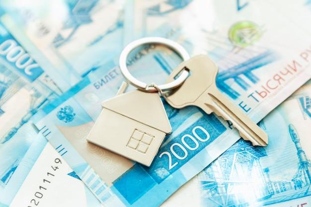 As chaves da casa estão nas contas. rublos russos. hipotecas, empréstimos e poupanças. fechar-se.