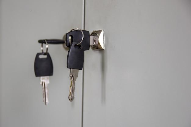 As chaves no armário de fechaduras