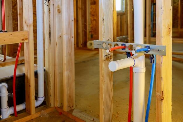 As conexões de tubos de pvc montam e instalam o dreno de água sob a pia do banheiro