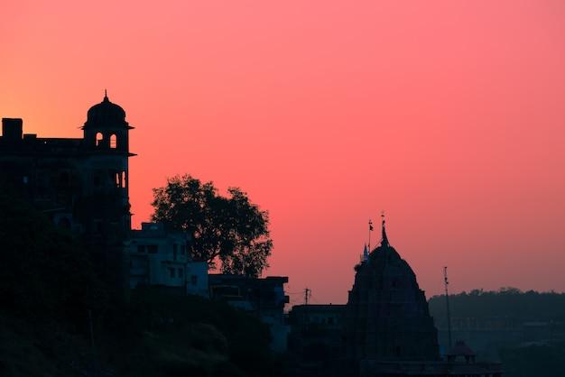 As construções mostram em silhueta no por do sol na índia.
