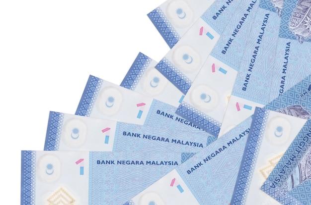 As contas de ringgit da malásia estão em ordem diferente, isoladas no branco
