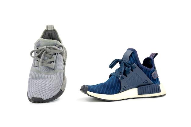 As cores cinza e azul moda calçados esportivos isolados no fundo branco.