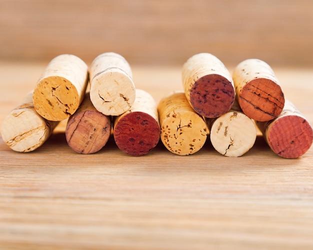 As cortiça com mancha vermelha encontram-se no fundo de madeira do borrão com espaço da cópia.