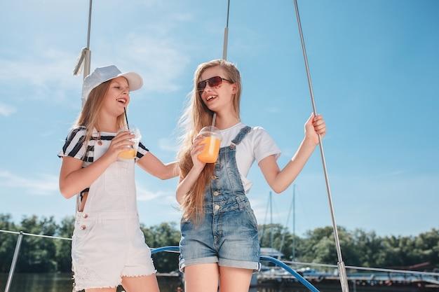 As crianças a bordo de um iate marítimo Foto gratuita