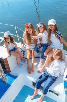 As crianças a bordo do iate do mar