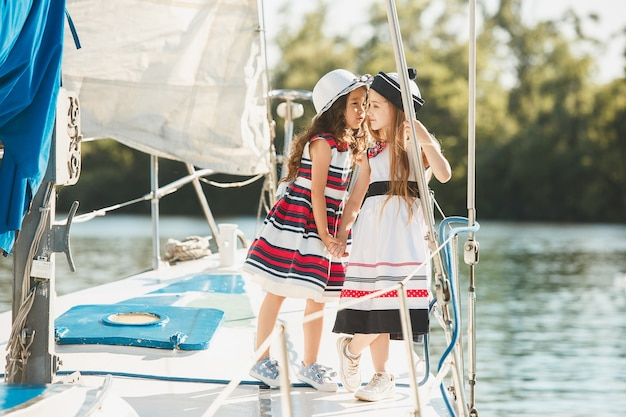As crianças a bordo do iate marítimo
