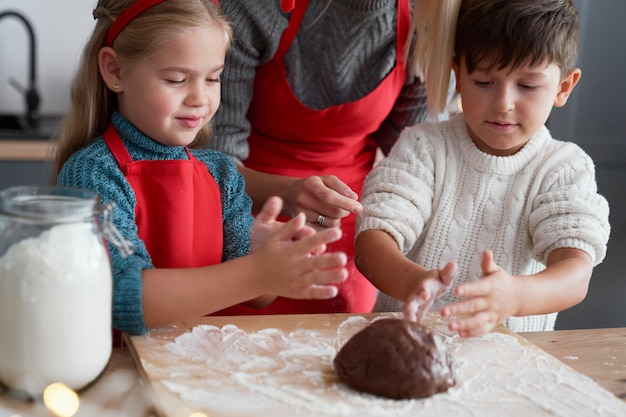 As crianças ajudam muito a assar biscoitos de gengibre