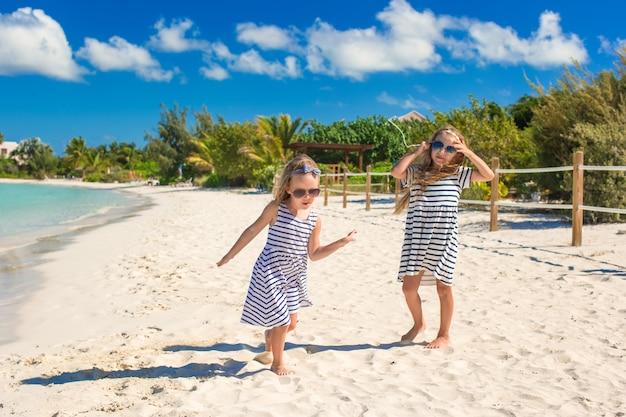 As crianças aproveitam as férias de verão na praia