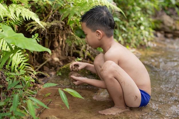 As crianças brincam alegremente no riacho