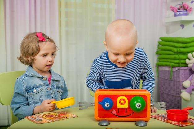 As crianças brincam com jogos de tabuleiro