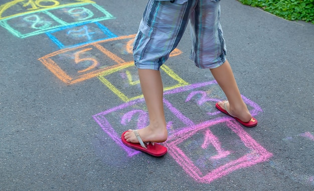 As crianças brincam de clássicos na rua. foco seletivo. crianças.