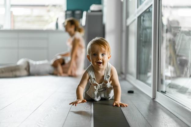 As crianças brincam na casa, atmosfera caseira. irmãos passam tempo juntos.