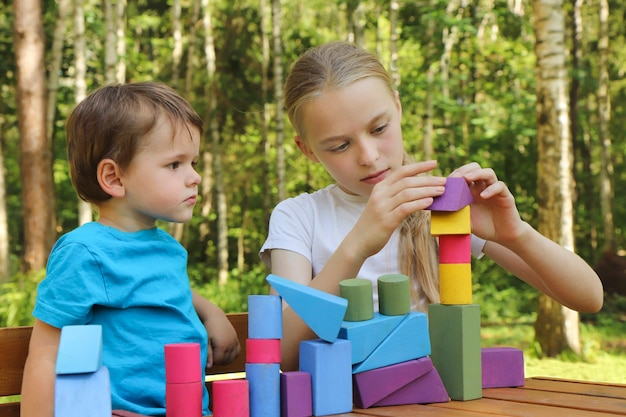 As crianças constroem uma torre de cubos.