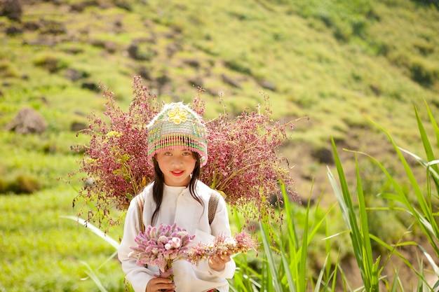 As crianças da minoria étnica não identificadas com cestas de colza florescem em hagiang, vietnã. hagiang é uma província mais ao norte do vietnã