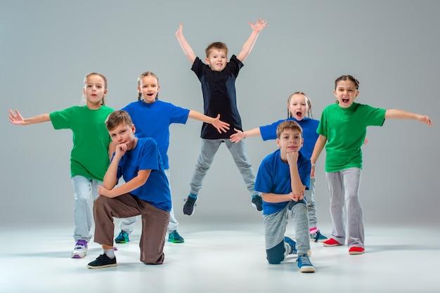 As crianças dançam escola, balé, hiphop, rua, dançarinos funky e modernos