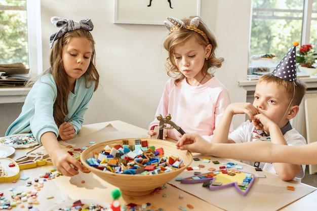 As crianças e decorações de aniversário.