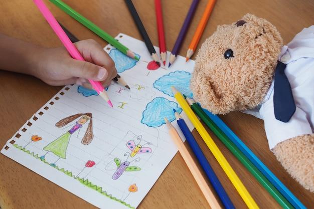 As crianças estão aprendendo a desenhar e pintar