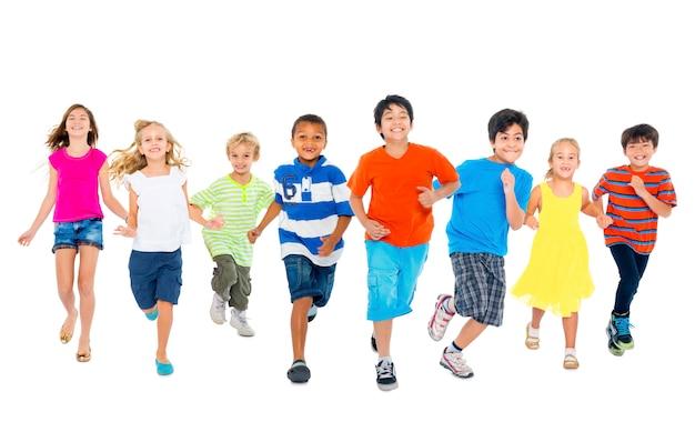 As crianças estão correndo e brincando juntas