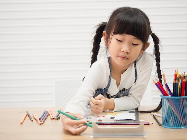 As crianças estão desenhando em casa, conceito de família