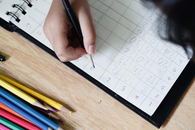 As crianças estão fazendo lição de casa sobre matemática