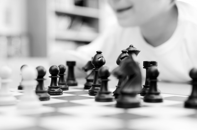 As crianças estão jogando no torneio de xadrez