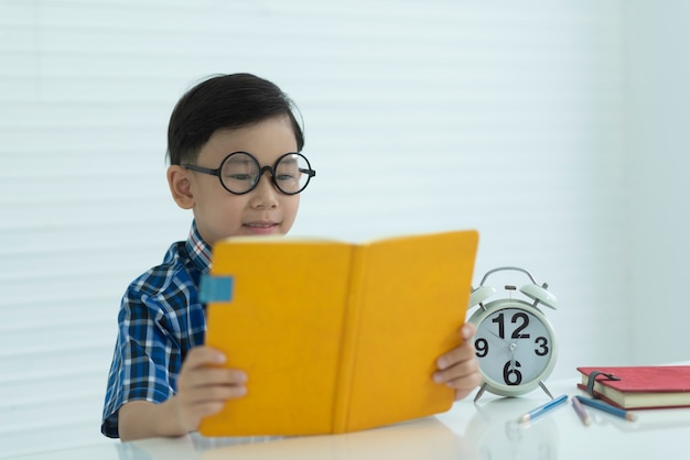 As crianças estão lendo livros escolares