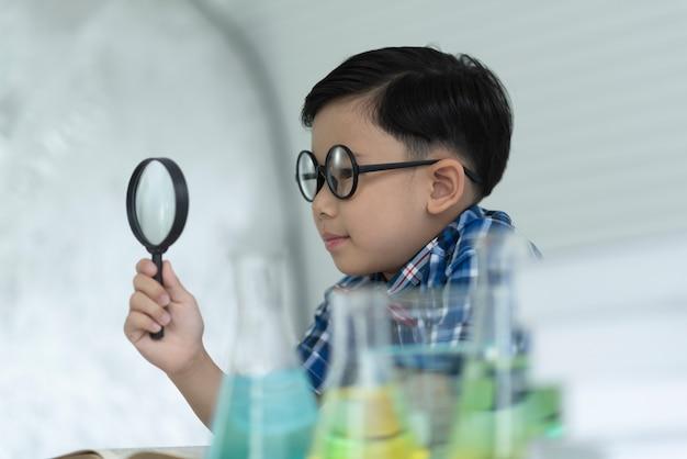 As crianças estudam ciência.