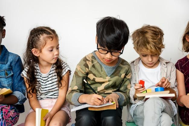 As crianças estudam juntos o conceito de estúdio