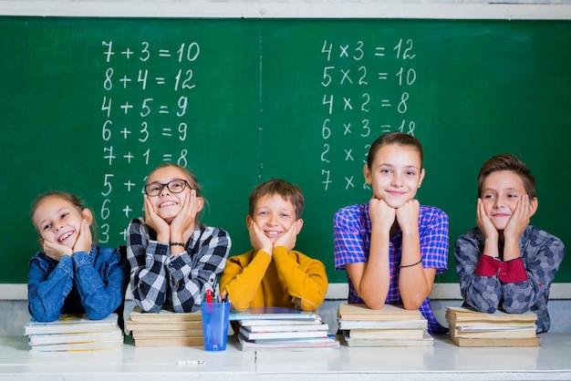 As crianças fazem matemática na escola primária.
